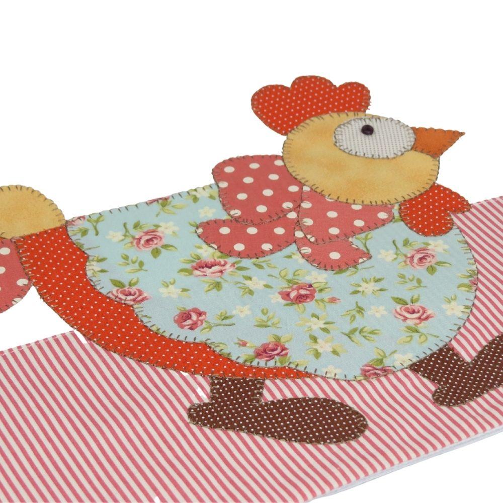 Pano de copa em patch aplique com bordado em ponto caseado. Tema galinha de laço.