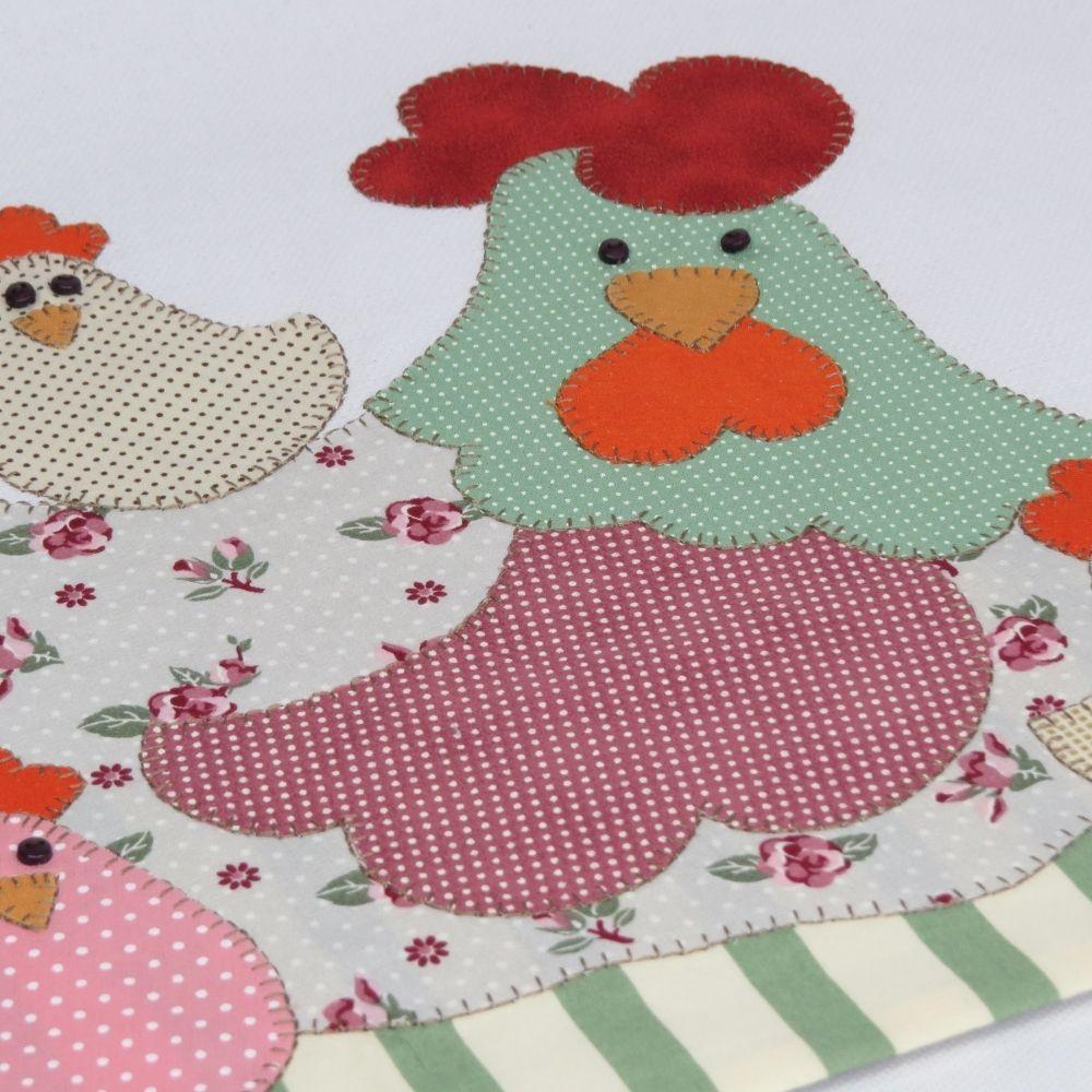 Pano de copa em patch aplique com bordado em ponto caseado. Tema galinha e filhos