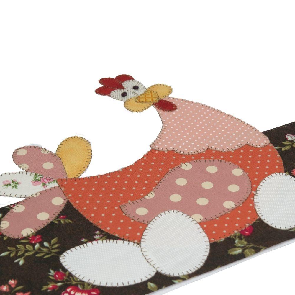 Pano de copa em patch aplique com bordado em ponto caseado. Tema galinha e três ovos.