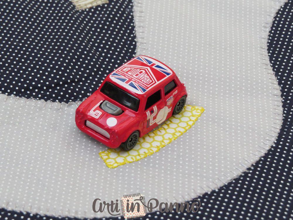 Pista carrinho em tecido bordada