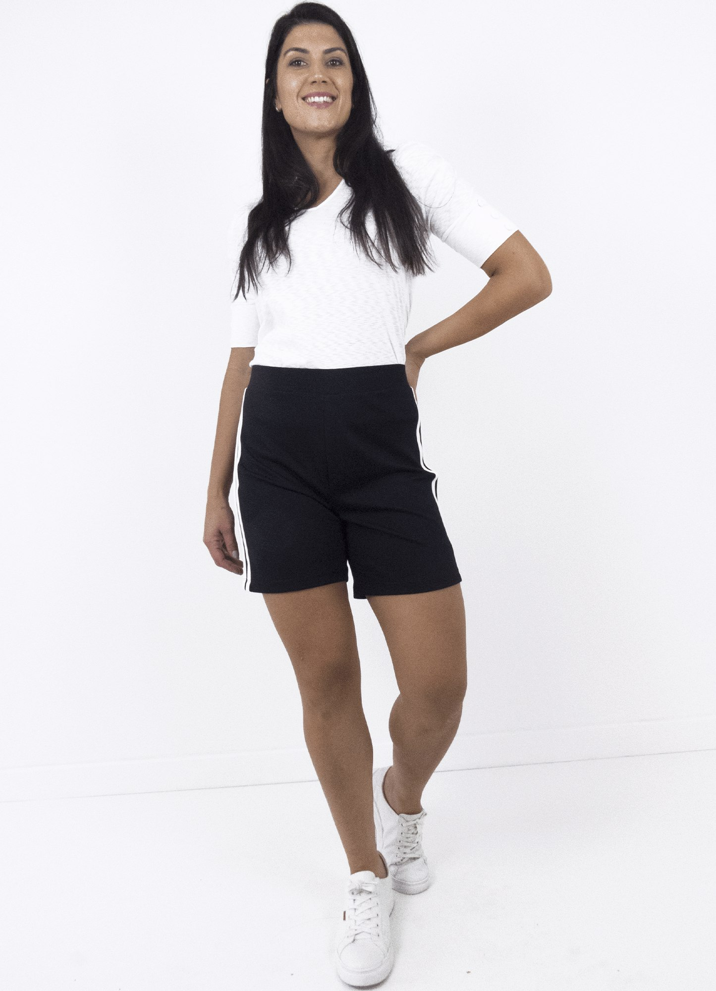Bermuda Feminina Plus Size Malha Preta com Listra na Lateral