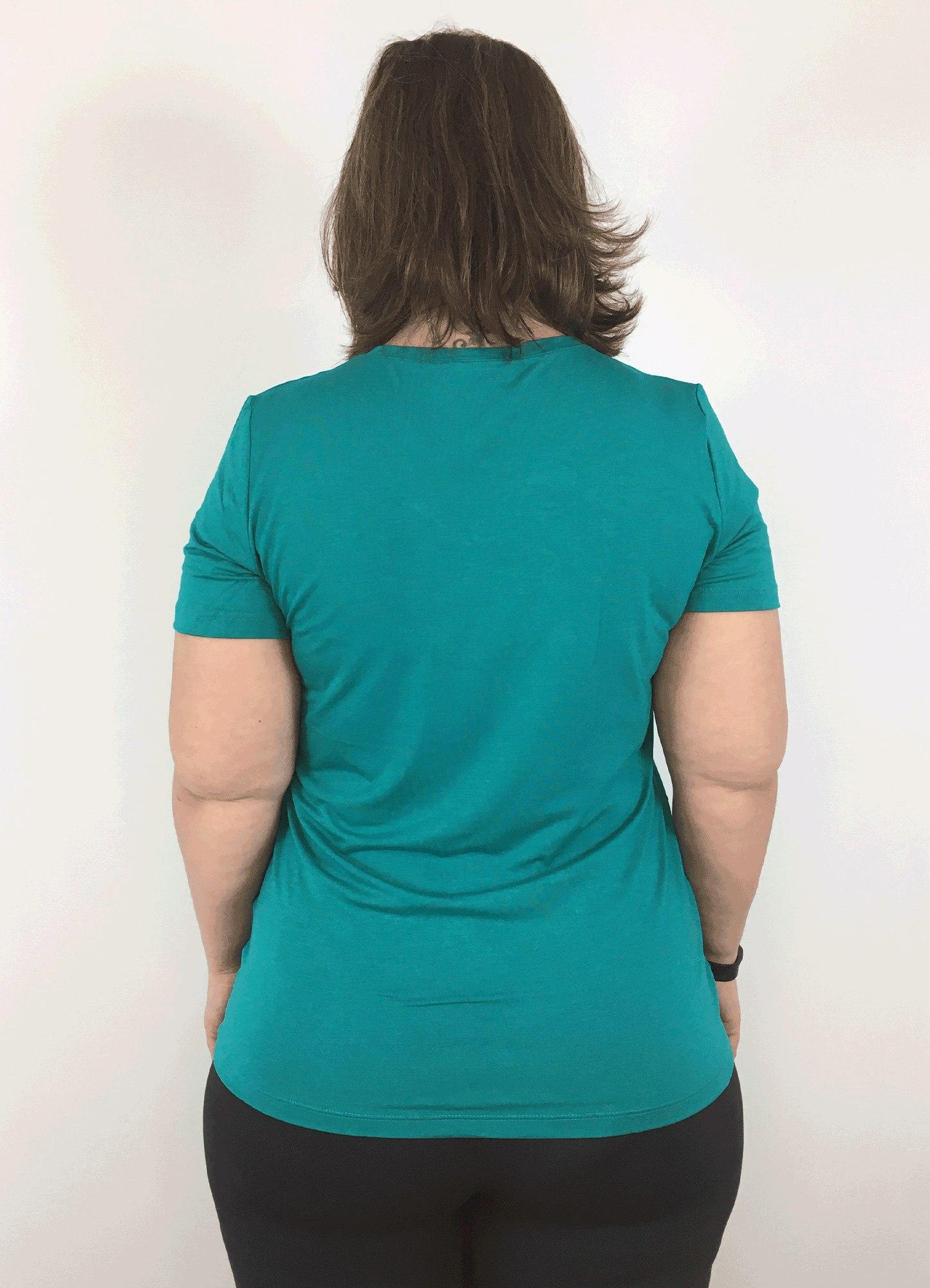 Blusa Feminina Plus Size Básica Verde Jade Decote V Manga Curta