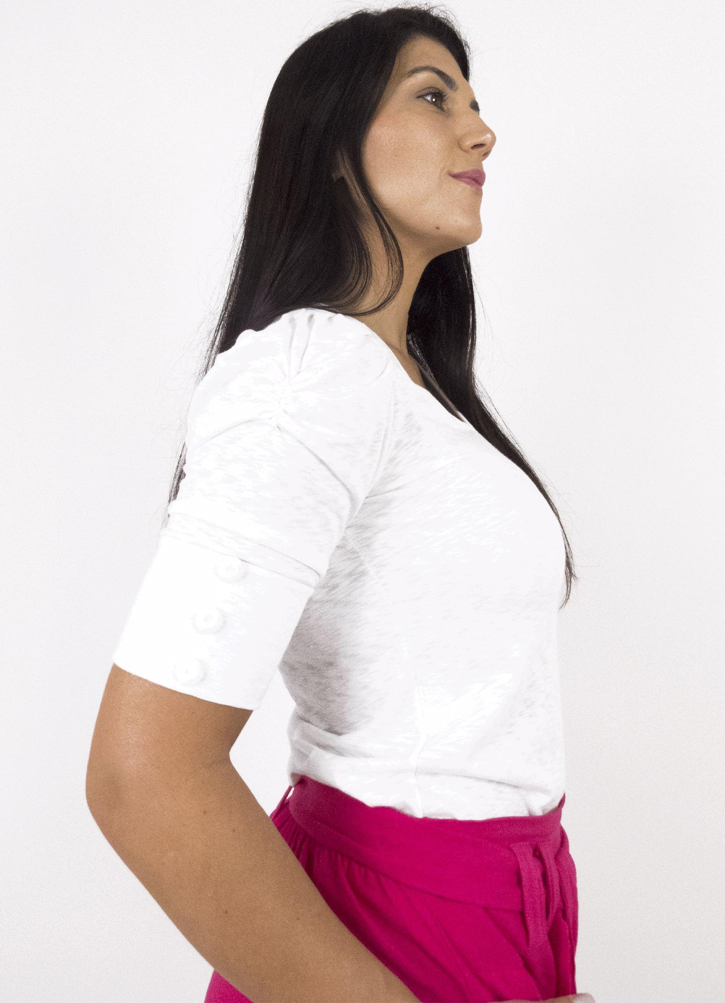 Blusa Feminina Tecido Flame com Levemente Relevo de Textura Off White Decote V Manga Bufante com Botões Decorativos