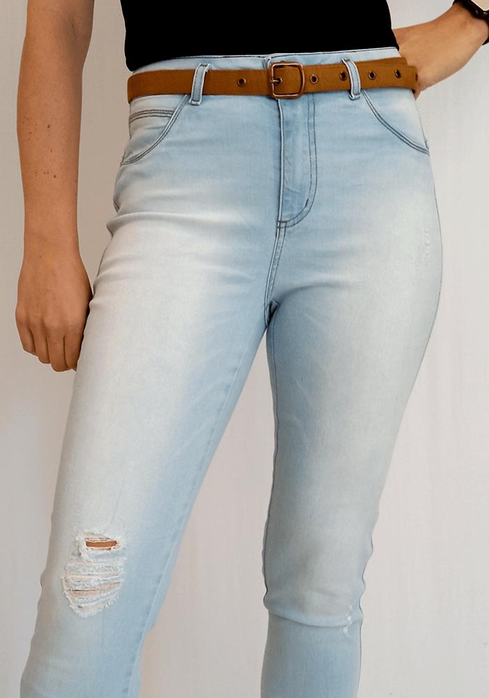 Calça Jeans Clara Com Rasgo e Cinto