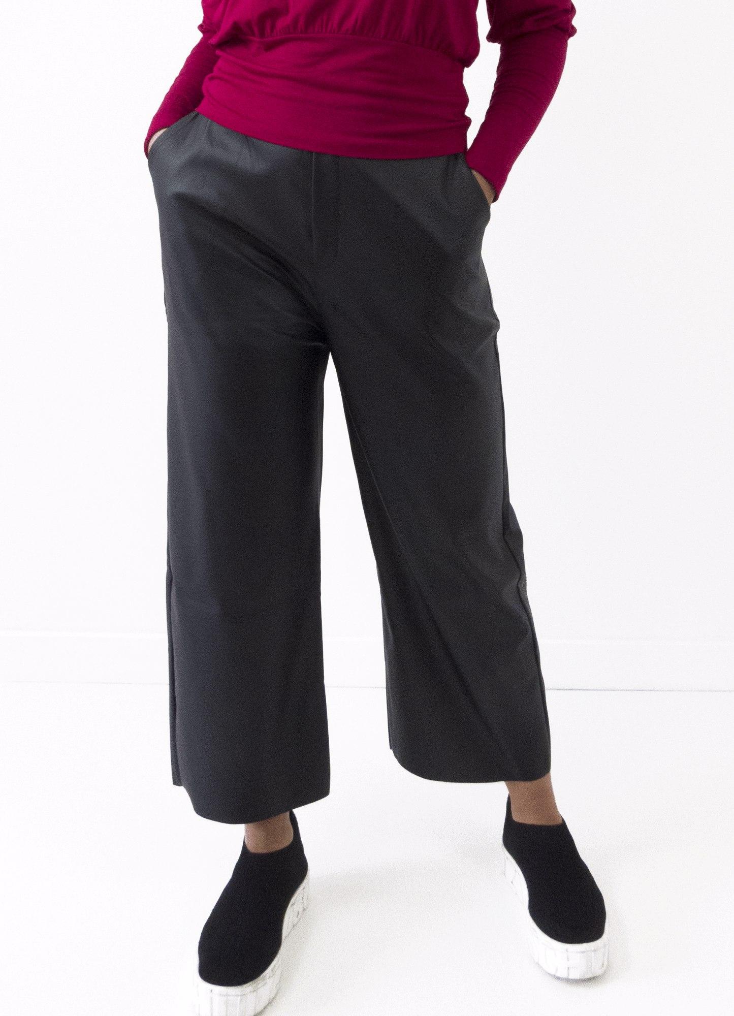 Calça Pantacourt Feminina Couro Fake Preta Cós com Elástico Bolso na Frente