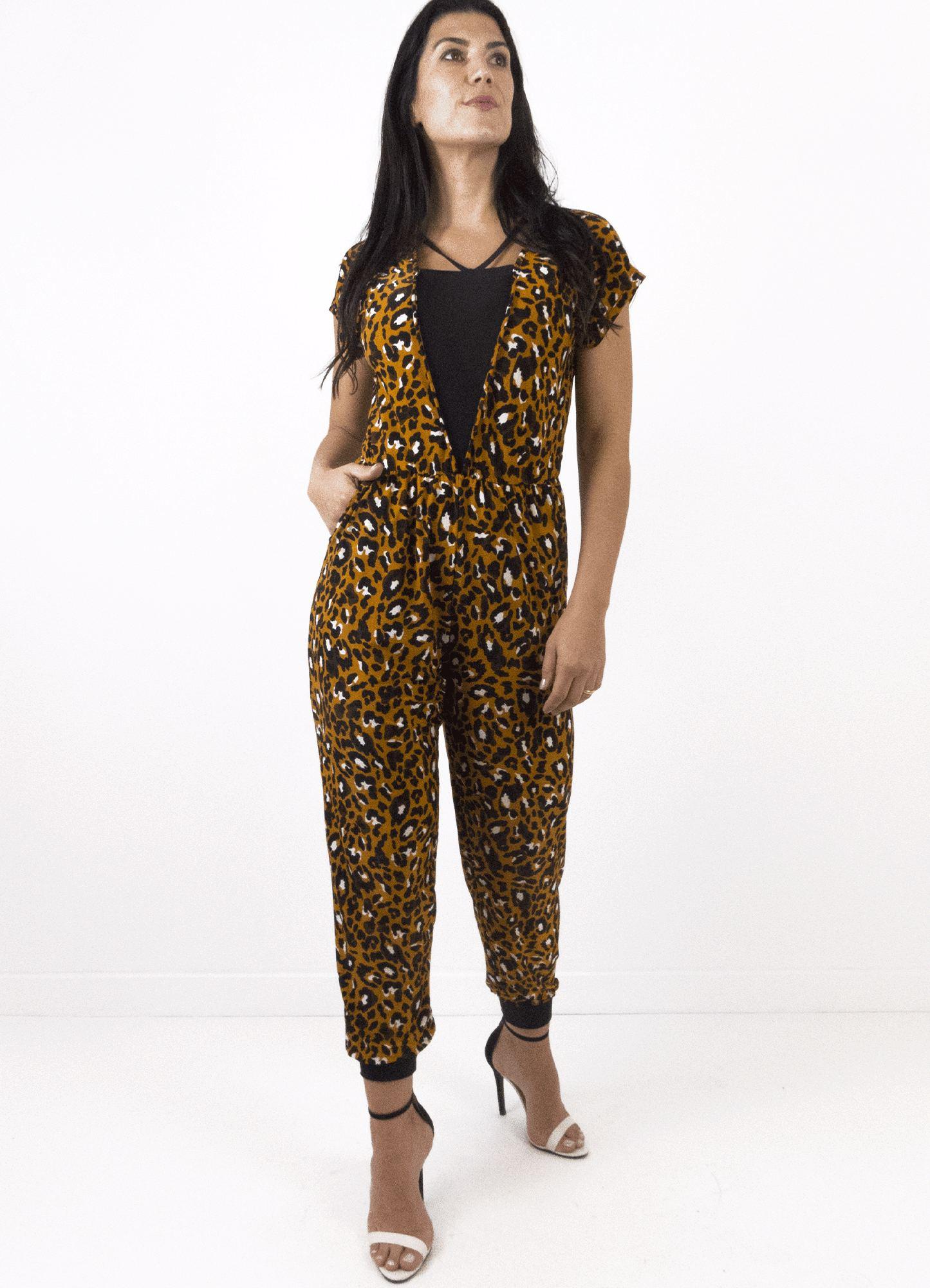 Macacão Feminino Jersey Estampa de Onça Detalhe Decote e Punho