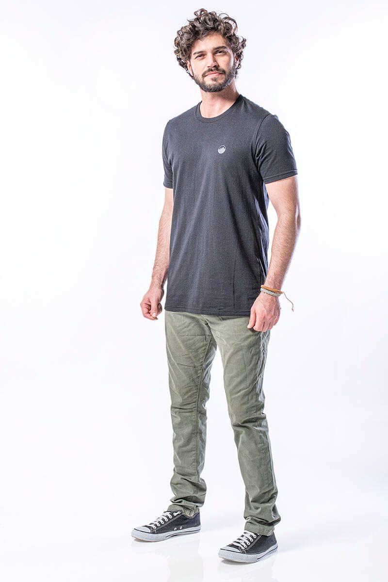 Camiseta Masculina Básica em Algodão com Logo Relevo