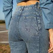 Calça jeans skinny com bolsos assimétricos