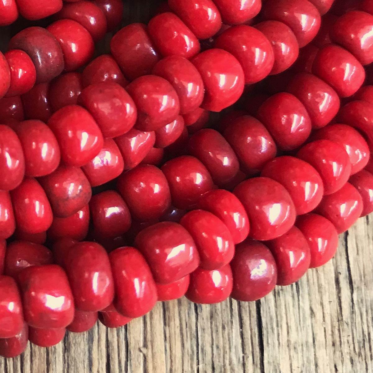 Colar de miçanga e fecho de madeira vermelho