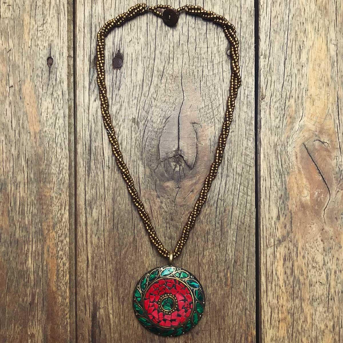 Colar indiano com lascas de pedra quartzo verde e vermelho