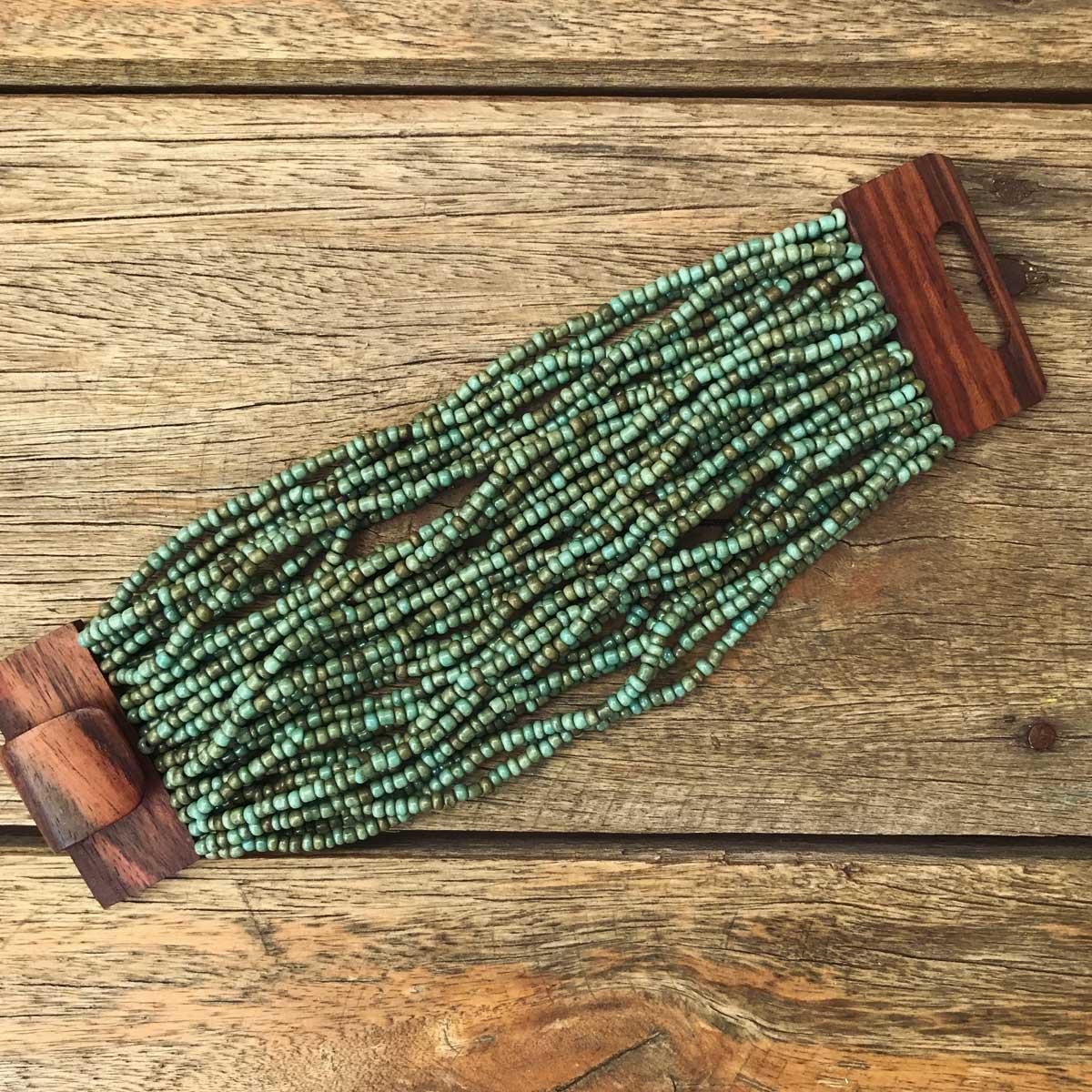 Pulseira de miçanga e fecho madeira turquesa Esverdeado
