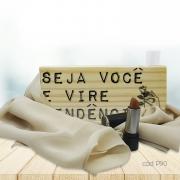 Kit Decorativo de Mesa com Echarpe Artesanal Bege e Batom Brilho