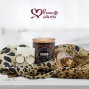 Kit Vela Perfumada com Echarpe Artesanal Animal Print e Brincos de Argola
