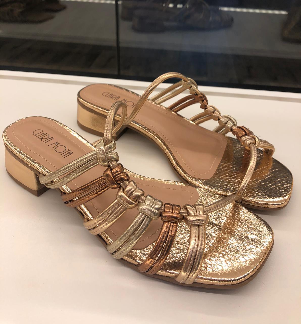 Sandália metalizada cobre