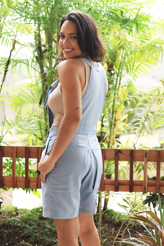 Jardineira Azul Clara com Alças Ajustáveis - de Algodão Ecológico e Fibras Recicladas - Detalhes em  Botões de Cânhamo