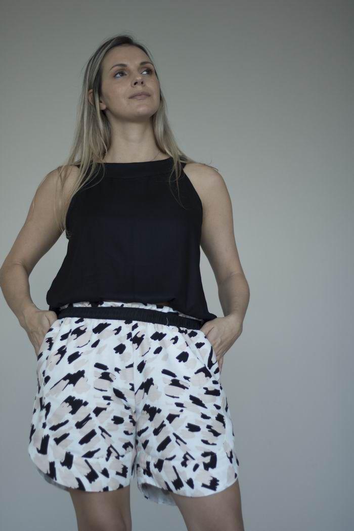 Shorts Estampado Animal Print de Algodão Ecológico com Certificação BCI -  Modelo Mariana