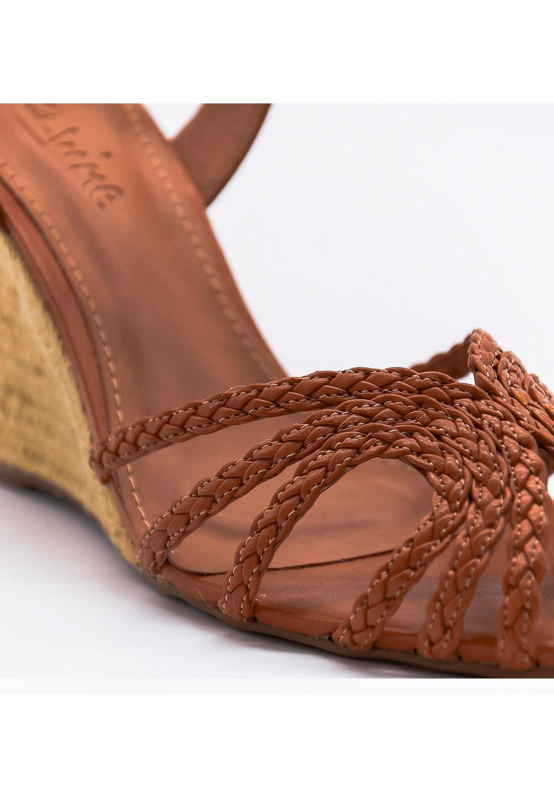 Sandália anabela em couro caramelo