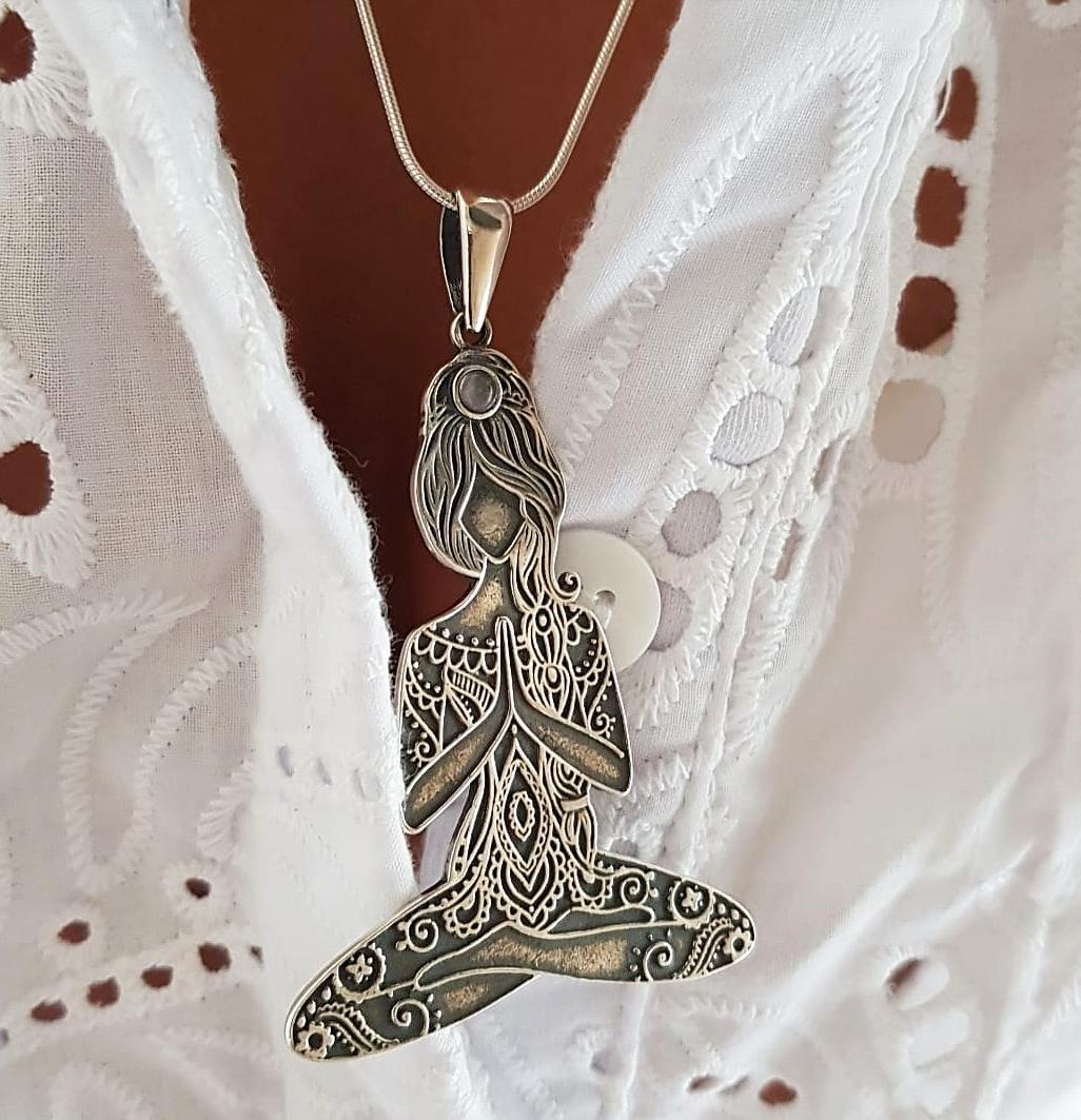 Pingente de Prata Mulher Meditação