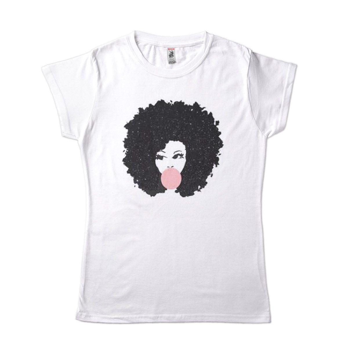 Camisa Afro estilosa mascando chiclete