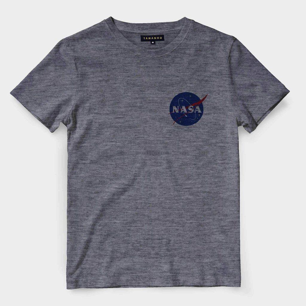 Camiseta Nasa Logo no Peito Astronauta Astronomia Barata