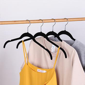 Cabide de veludo Camiseta Adulto - Preto com gancho prata - Fixel
