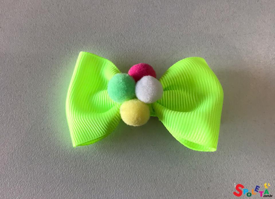 Laço Bico de Pato com Pompom Neon
