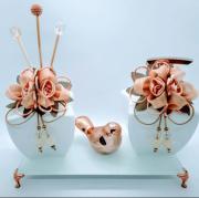 Kit Lavabo Branco/Salmão Luxury, Saboneteira, Difusor de Ambiente, Bandeja Branca 22 x 12 cm, 1 Enfeite em Cerâmica