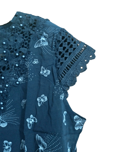 Blusa Feminina Bordada Manga Curta Detalhes Perolas na gola