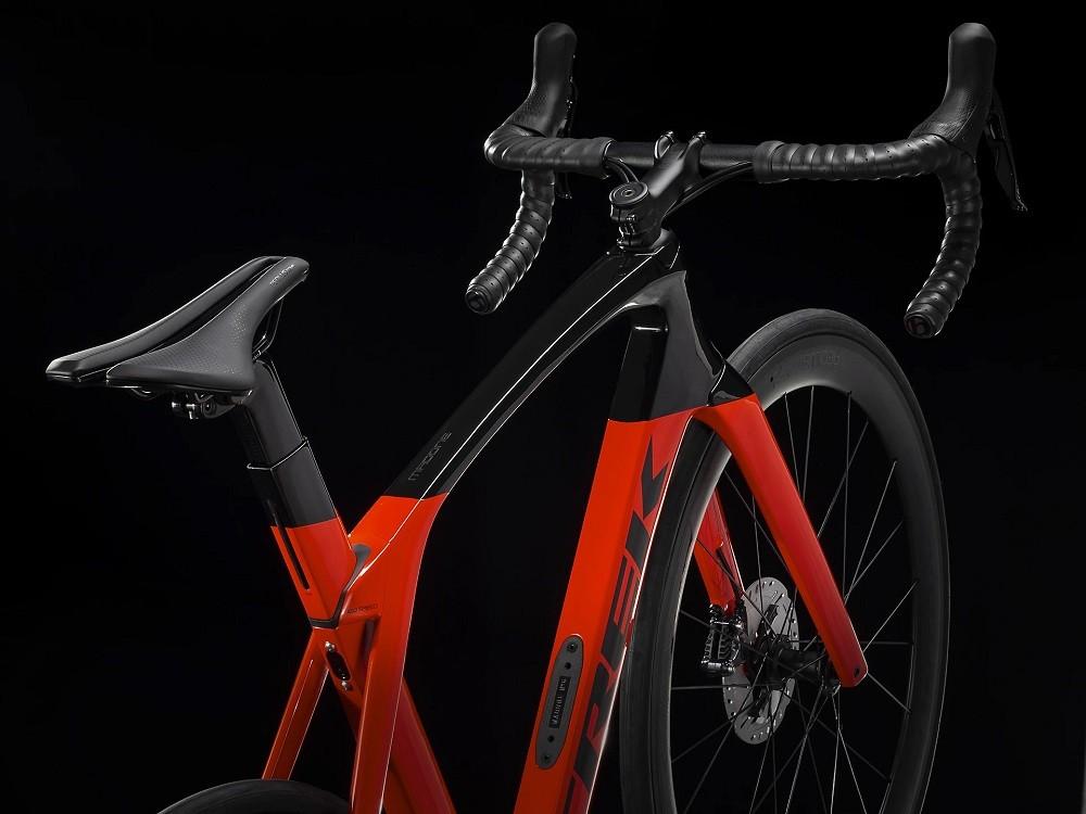 Bicicleta Trek Madone SL6 Disco na cor Radioactive Red/Trek Black