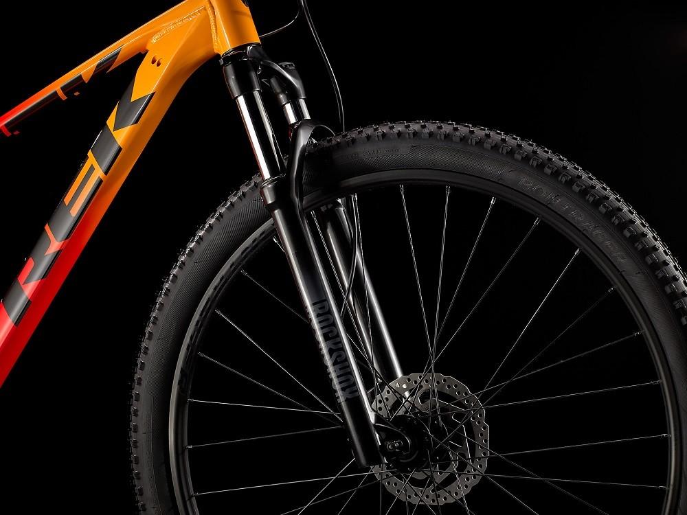 Bicicleta Trek Marlin 7 na cor Marigold to Radioactive Red Fade (lançamento 2021)