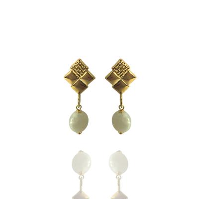 Brinco Barbara Strauss Semi Joia Skive Em Resina Lalique Branco, Revestido Em Ouro Amarelo 18K