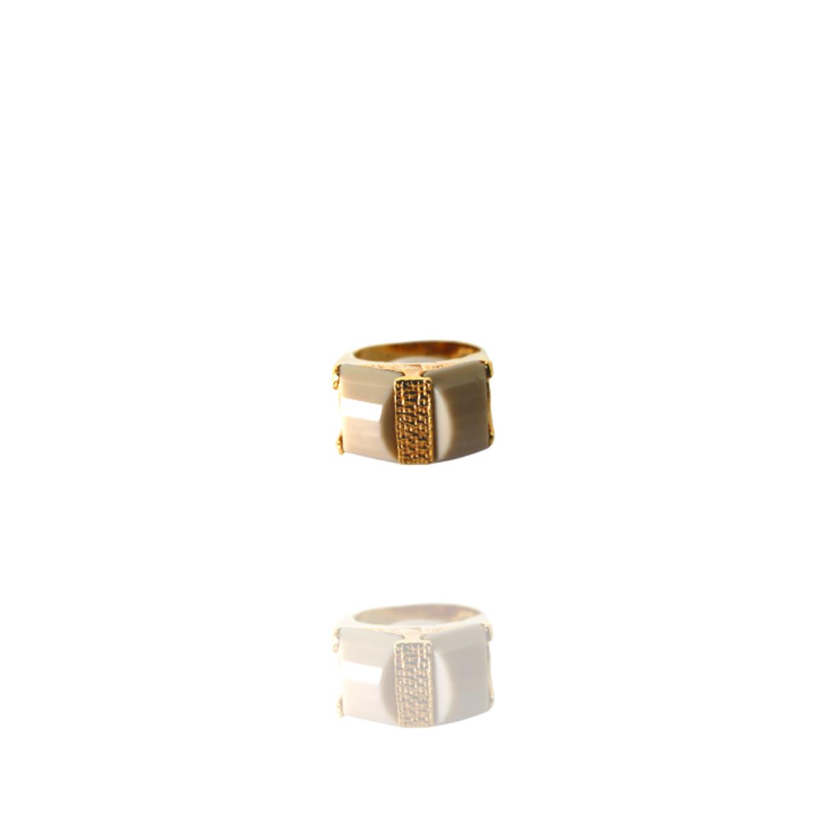 Anel Barbara Strauss Semi Joia Agra Em Resina Lalique Bege, Rev. Em Ouro Amarelo 18K