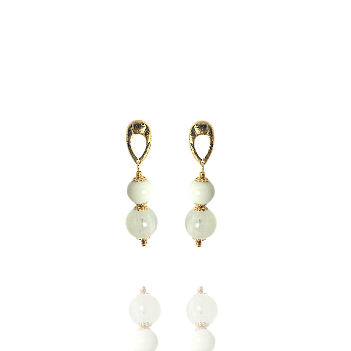 Brinco Barbara Strauss Semi Joia Fushimi Em Resina Lalique Branca, Rev. Em Ouro Amarelo 18K