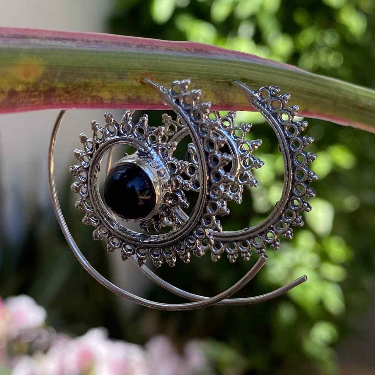 Brinco de Prata 925 Espiral Trabalhado com Pedra Ônix
