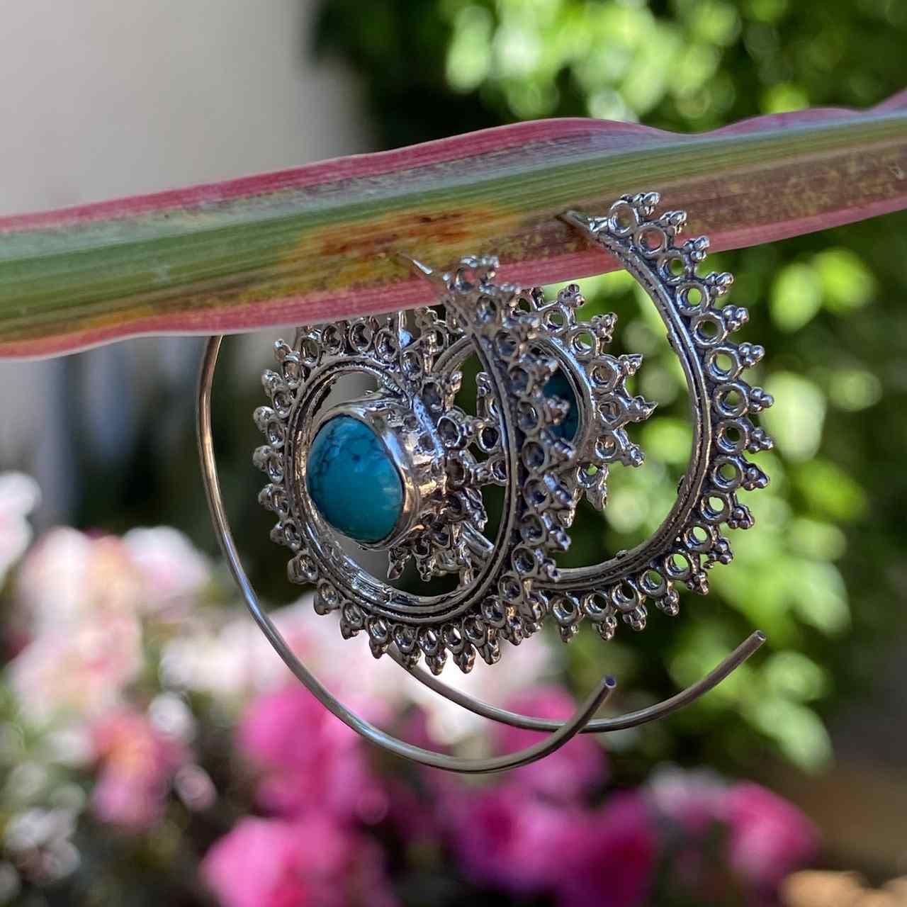 Brinco de Prata 925 Espiral Trabalhado com Pedra Turquesa