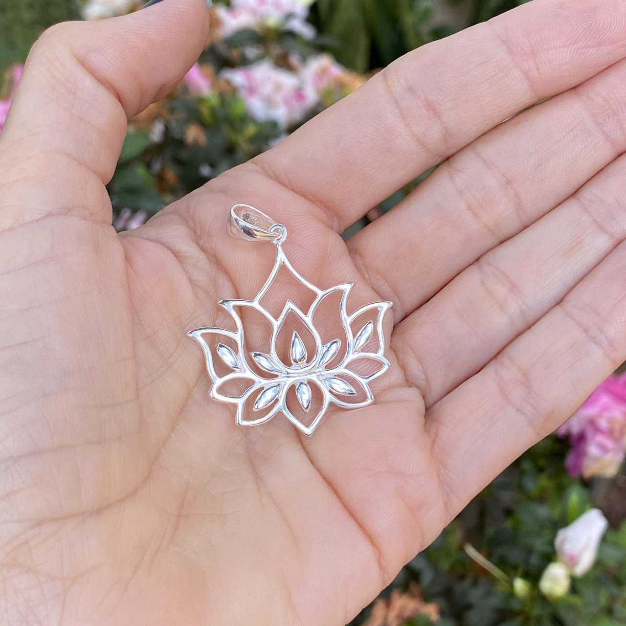 Pingente de Prata 925 Flor de Lótus Vazada 4cm