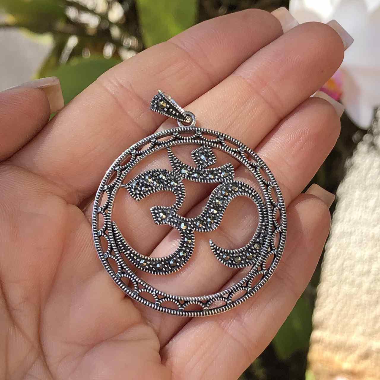 Pingente de Prata 925 Simbolo OM Marcassita