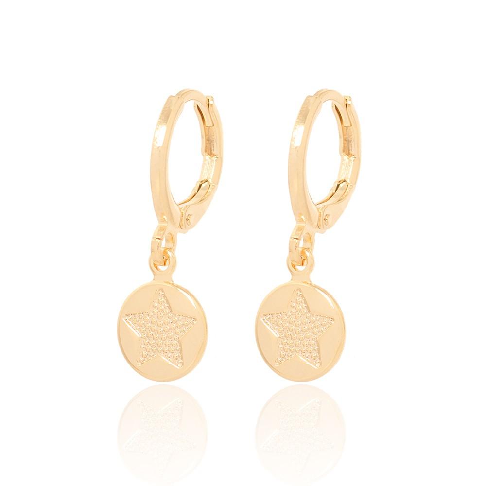 Brinco Argola Folheado Ouro 18K com Medalha de Estrela Detalhada