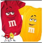 Body infantil temático para bebê M&M amarelo e vermelho