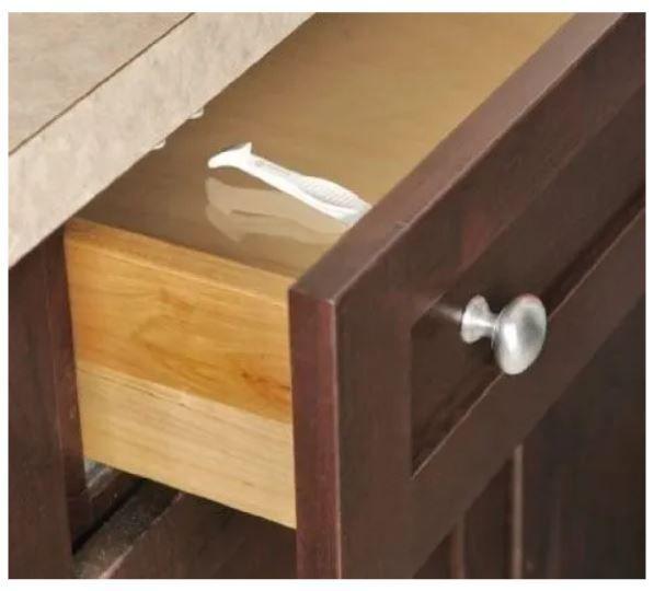 Kit 2 jogos de trava para gabinete ou gaveta e 1 protetor de quina branco.