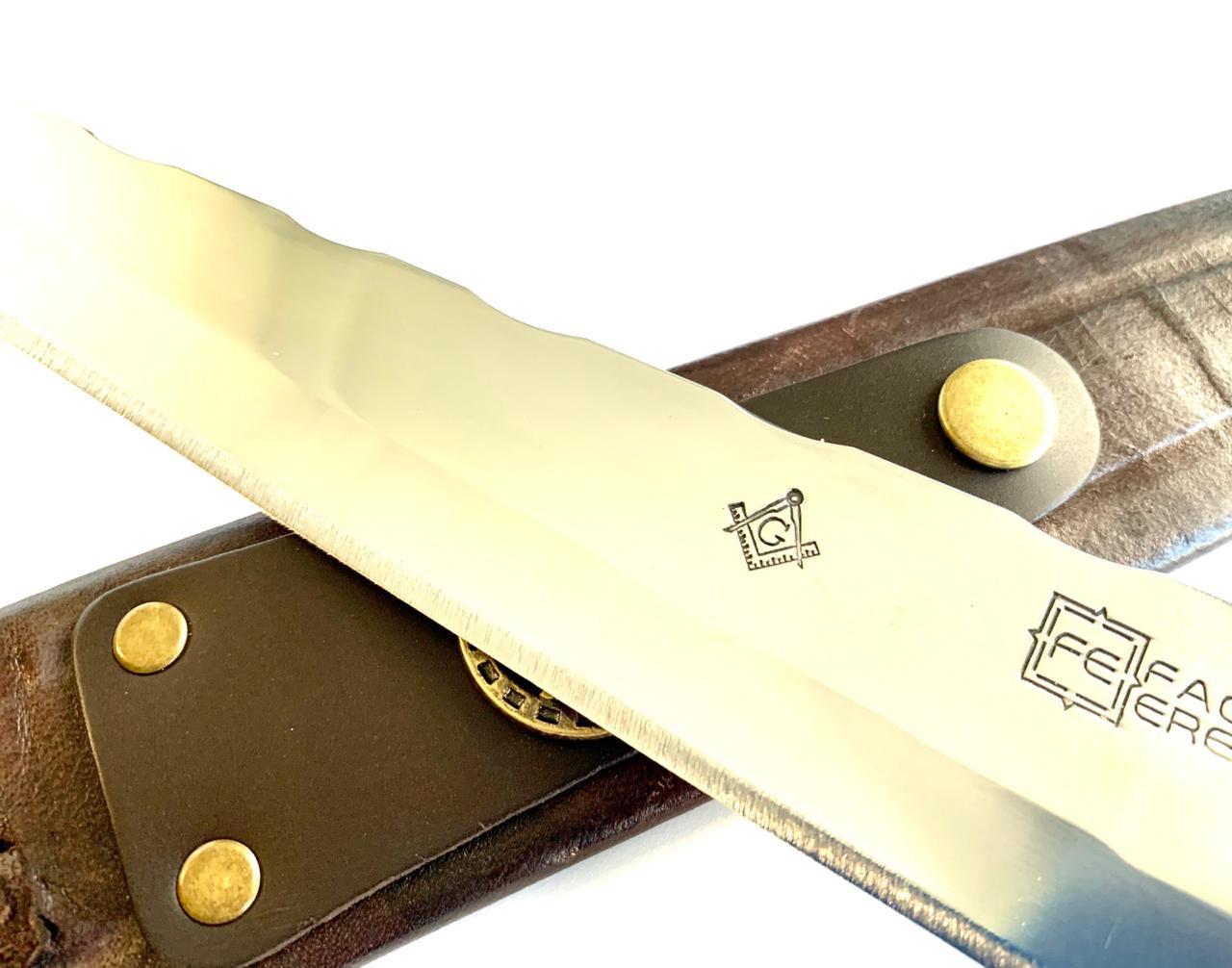 Faca Alpaca 11mm Aço inox 420, 3MM Brasão Maçonaria Forjado no Aço - Com Bainha de Couro. Lançamento