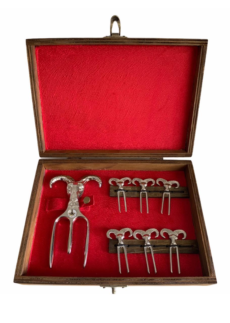 Kit Petisco Luxo Garfo Tridente + 6 Petiscos de Metal + Caixa de Madeira aveludada.