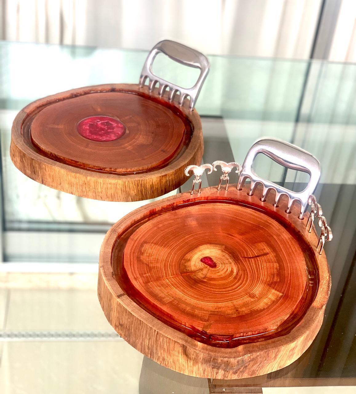 Tabua de Churrasco em madeira - Com detalhe em Resina - Acompanha pata de urso.