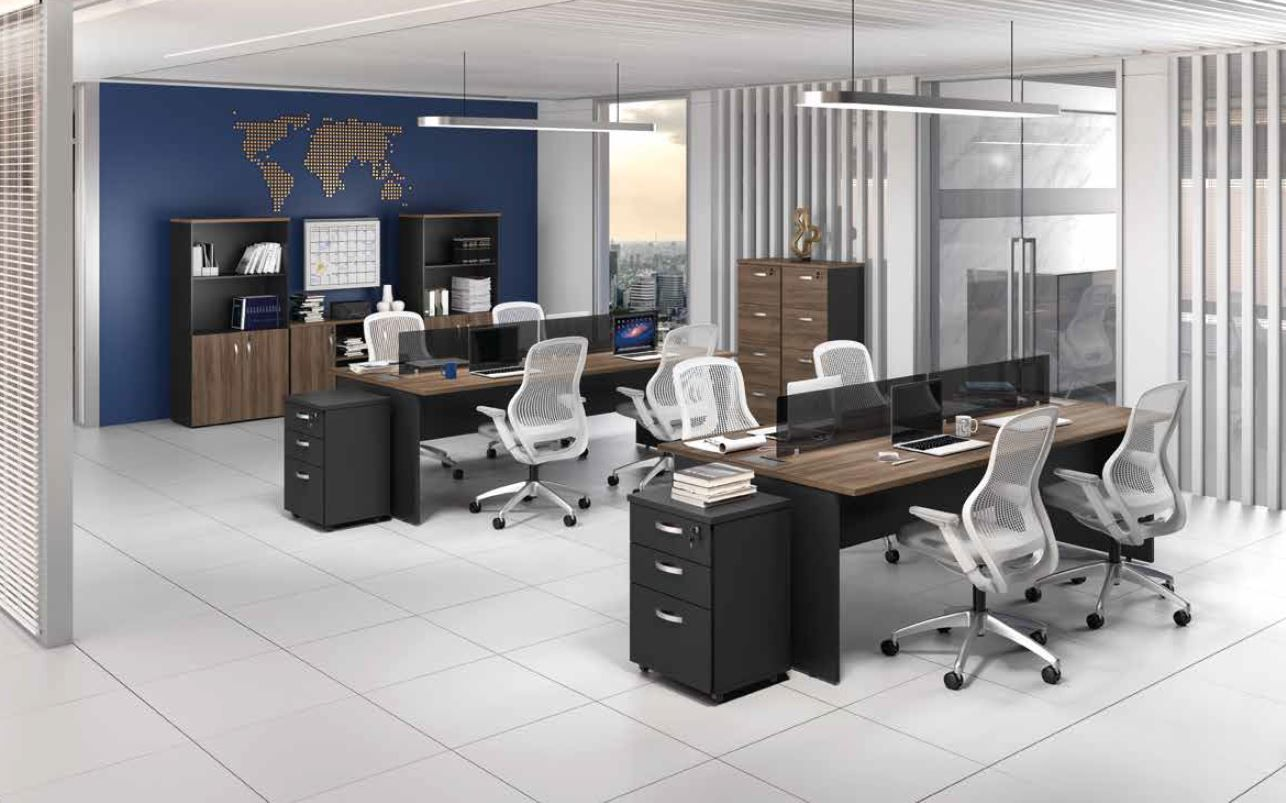 Mesa estação de trabalho com divisórias, gaveteiro com rodinha, estantes e armário gaveteiro M25