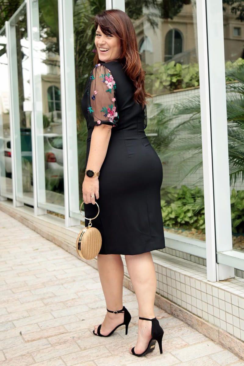 vestido plus size em montaria com recortes em tule bordado