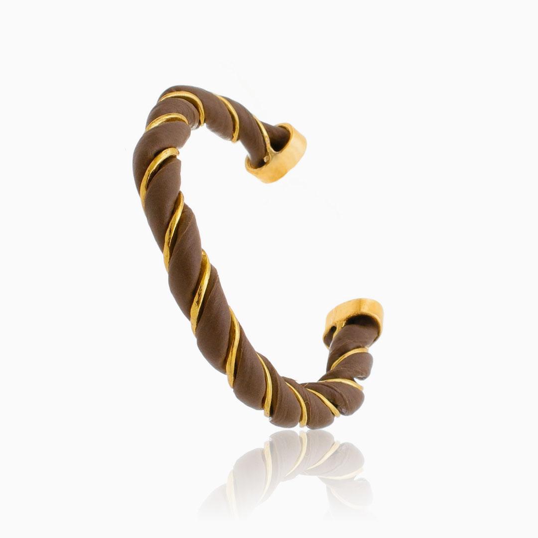 Bracelete ajustável torcido com couro marrom banhado a ouro 18k