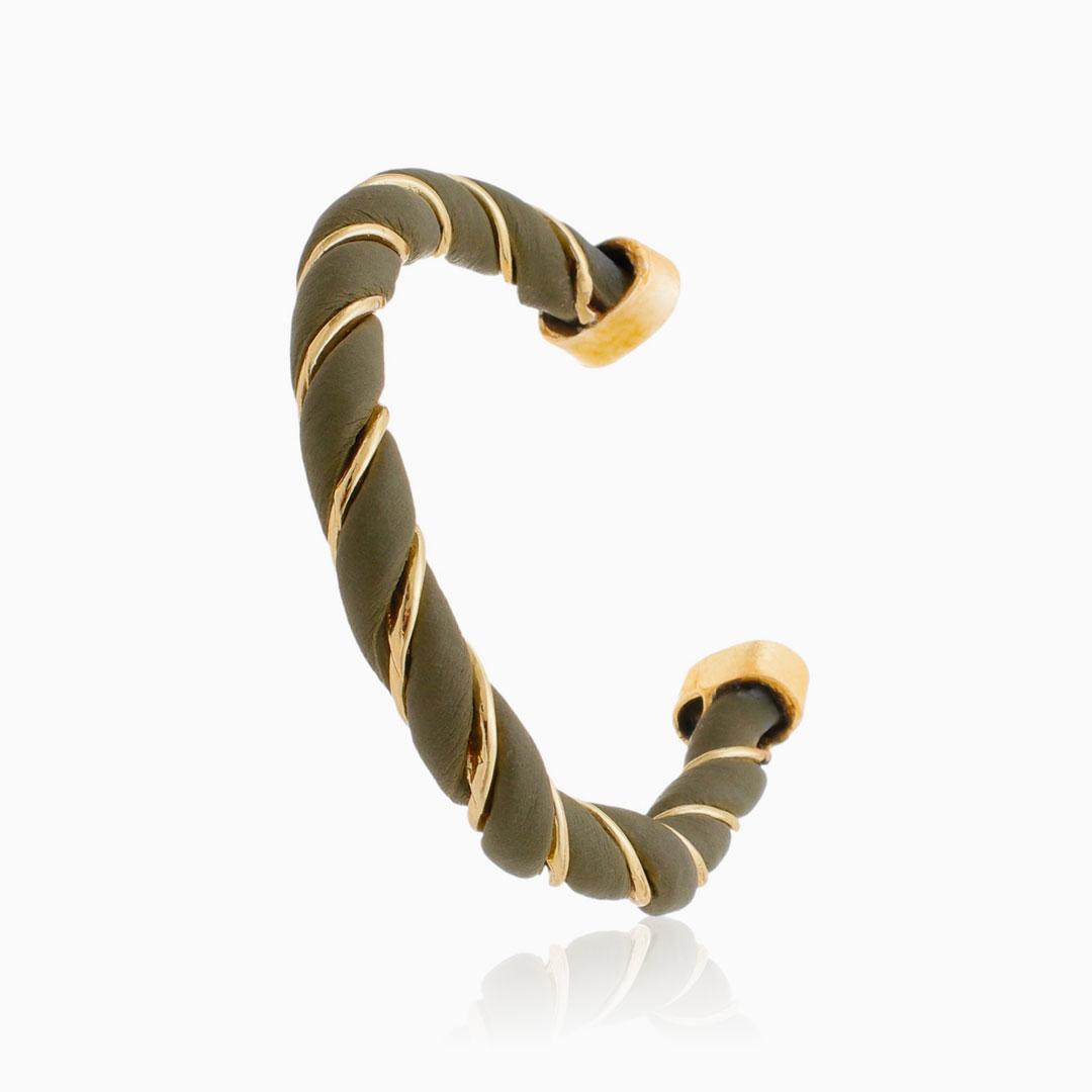 Bracelete ajustável torcido com couro verde militar banhado a ouro 18k