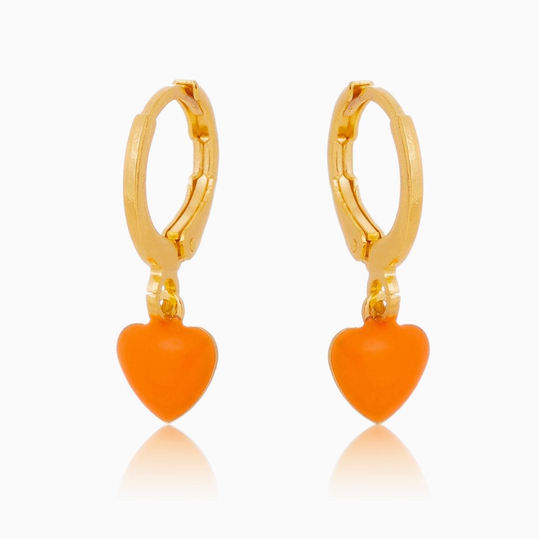 Brinco de argola com coração resinado laranja banhado a ouro 18k