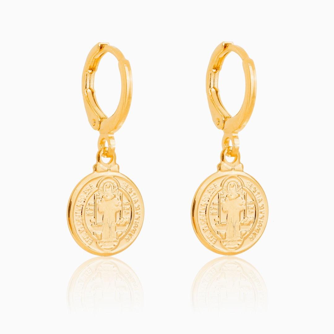 Brinco de argola com medalha de São Bento banhado a ouro 18k