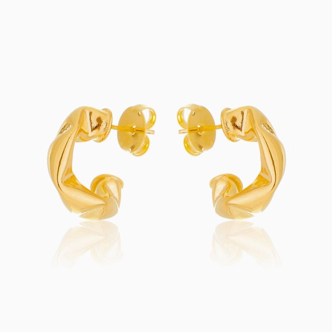 Brinco de argola tubular amassado pequeno banhado a ouro 18k